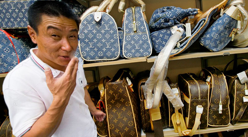 Man selling fake handbags in NYC Chinatown